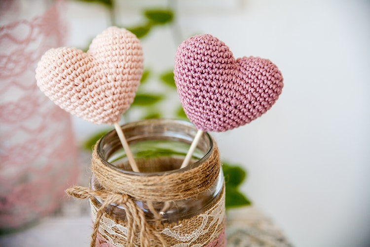 Crochet small hearts, wedding decor, free crochet pattern