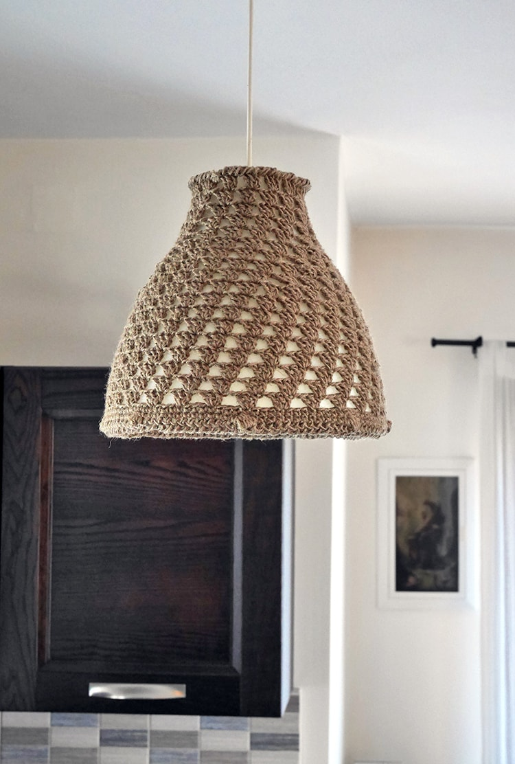 Free crochet pattern for a farmhouse lampshade made out of jute