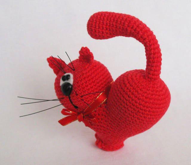 Valentine's day cat free crochet pattern. Part of a free crochet roundup for Valentine's day on mallooknits.com.