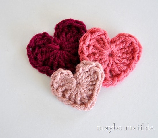 Crochet Valentine's heart applique with photo tutorial. Part of a free Valentine's crochet roundup on mallooknits.com.