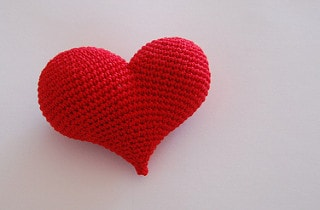 Pop heart free crochet pattern. Part of a free Valentine's crochet roundup on mallooknits.com