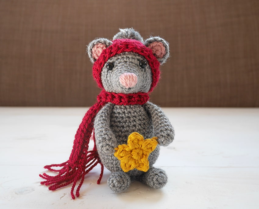 Crochet amigurumi mouse with a star free pattern