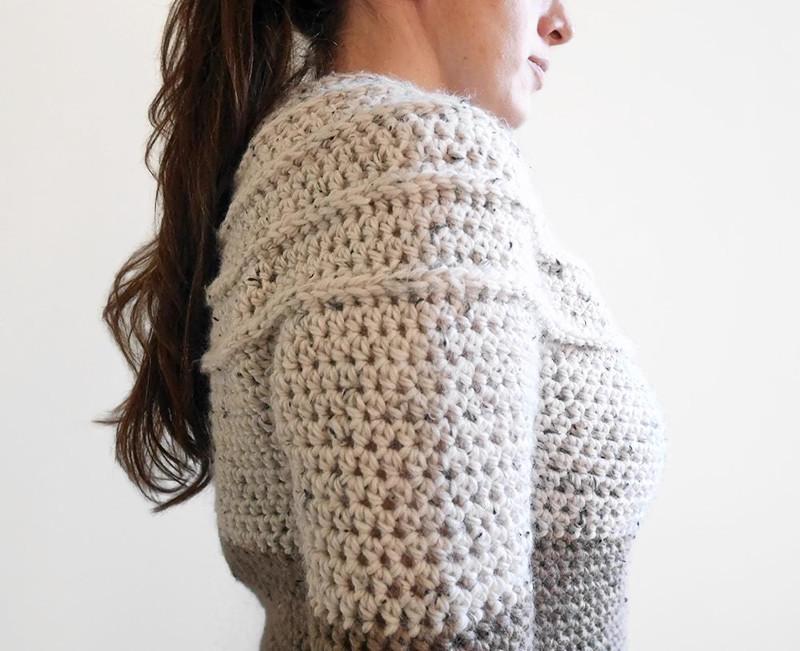 Suéter com padrão de crochê