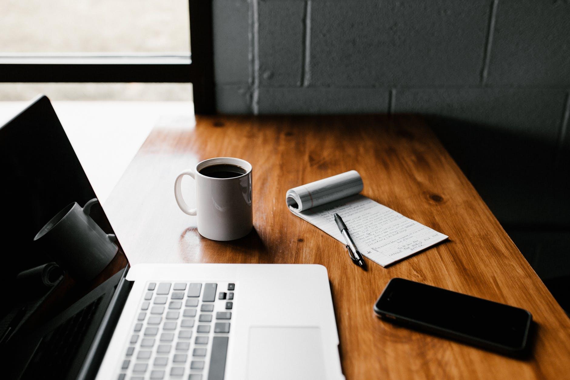 macbook pro em mesa de madeira marrom, email marketing Mailchimp